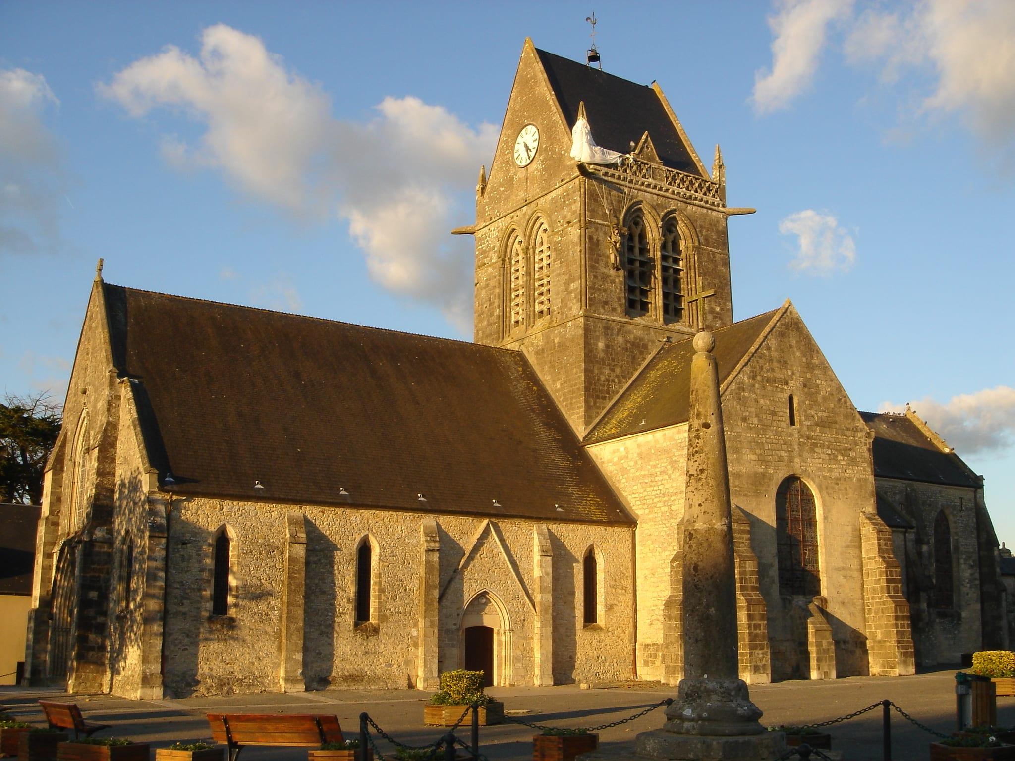 Clocher_église_parachutiste_John Steele_Ste Mère Eglise©OT Baie du Cotentin (5)